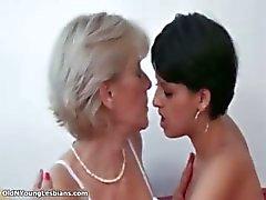 Rijpe blonde lesbische krijgt geil maken