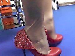 Secretário com pernas perfeitas teases galo