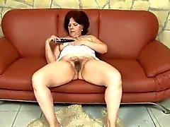 Prallen Mutter mit fetten saggy Titten, haarige Möse und guy