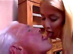 Подросток медсестры обеспечивает старик хорошее проверить