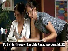 Ангельские брюнетку Lesbos поцелуи и имеющие лесбо половые контакты в офис