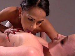 Massagerum franska och tjeckiska interracial lesbisk