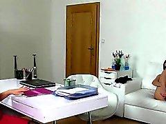 Euro Reinigungsdame schleckt weiblichen Agentin office lesbische