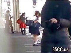 oskyldig skolflicka knullad av nörd i tåg