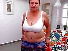 OmaFotze Ältere tut Striptease und masturbieren