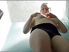 étudiantes avec un beau corps montre son corps dans la piscine cabin espionne