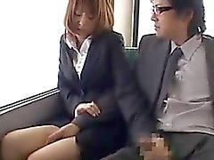 Menina japonesa suga a torneira no ônibus