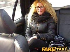 FakeTaxi Geeky Blondine nimmt ein Pochen im Taxi