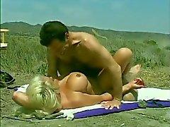 Classic Hugetitted Babe geneukt op het strand