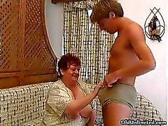 Gammal fet kvinna sugande hårt på en killar part5