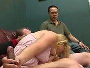 Les gars arrivent à jouir sur une fille blonde