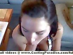 Mica di Moore ragazza di singola in bikini in e il con il tatuaggio facendo pompini