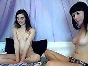 Two adolescenti giocando a brunette
