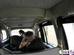 Meias folheadas batidas por motorista desagradável no banco traseiro