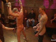 Блондин Ханк унижен в баре Full Of Незнакомцах - Сцена 1