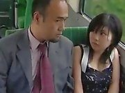 Voyeur Asian Teen Lets Guys Finger sa chatte poilue sur un bus