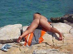 Vriendin masturberen op het strand