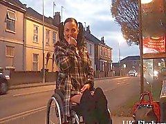 Leah Caprice piscando buceta em público