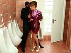 Girl sich in die Toilette nagelt