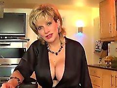 Unfaithful britische Milf Kiemen ellis zeigt ihre enorme Brüste