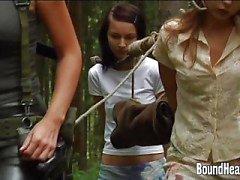 Dos chicas jóvenes con una cazadora de esclavos en casa nueva