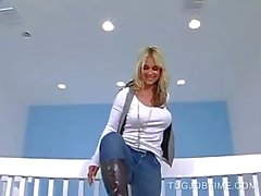 Blonde strips naakt voor grote piemel sleepboot in POV