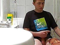 Menino gay Adolescente é pego se masturbando no banheiro