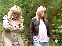 2 olgunlaşır ormanda bir yabancıya el - oral seks verir