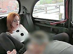 Chica Redhead que pechugón portazo con chófer para un carrera de taxi libre de