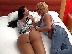 Sexy транссексуал получает голову с ее горячую подругой в постели с