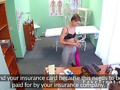 Doktorlar güvenlik kamerasına kısa haired hastada sikikleri