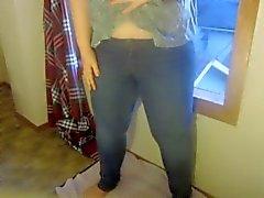 Humectante adolescente en pantalones vaqueros apretados