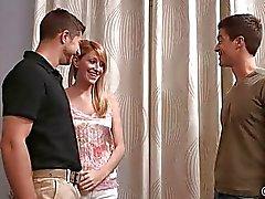 Paar geniet biseksuele threesome