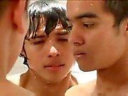 Латинский мальчика по тюрьме душ