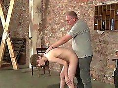 Lyles stryker honom över oklippta balle efter att butt dunkande och visp