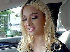 Красивейшая белокурая Уме Jolie неопытный петух в машине
