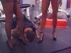Tale schiavo viene torturato ed maltrattato dai due le amanti eccitati