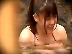 Junge asiatische Schönheit zeigt ihre kleinen Titten und haarige Muschi in