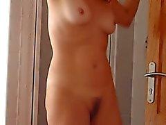 Gattin trocknet selber nach dem Duschen ( geheim aufgenommenen )
