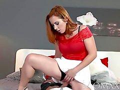 Bir MOM Sıcak Redhead emer ve kas adamla sikikleri