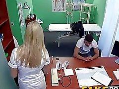 rubia enfermera permite a su paciente a follar como lo quiere