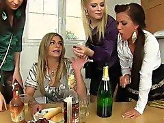 Pissing mulheres relaxadas share pinto