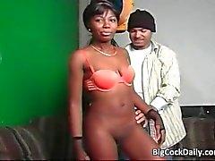 Sexy Ebony poikasen imee iso kalu ja saa