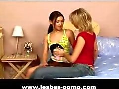 Teeny lesbiska i deras första Porr scen