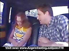 Bedövning redhead cheerleader teen gör avsugning på bilen
