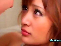 Sexy Aasian tyttö antaa Käsitöitä perseestä 2 kaveritNojatuoli