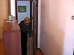 Italienska Granny körd av 2 killar