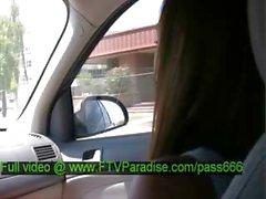 Miyu нежный брюнетка детка говорили со своей babefriend в машину
