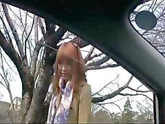 Energisk företag flicka med en banbrytande rosebud gör några onanerar i bilen