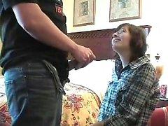 Son pénis est plié autour par une femme portant des lunettes ex